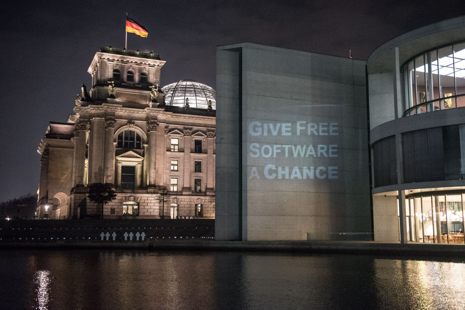 The FSFE projects its message on the Bundestag.   Image (C) 2017 FSFE