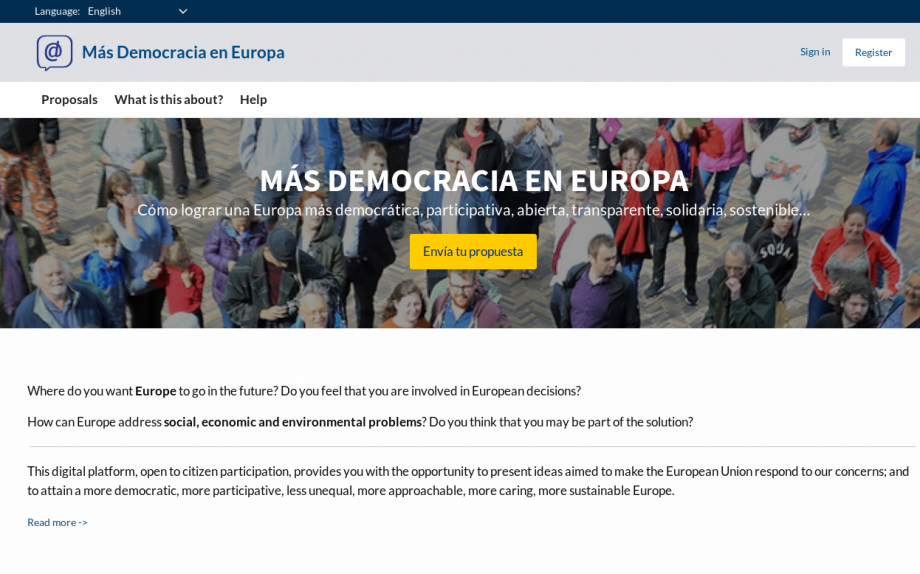 This is a screenshot from the Mas Democracia en Europa site, the image shows that title and a crowd of people,